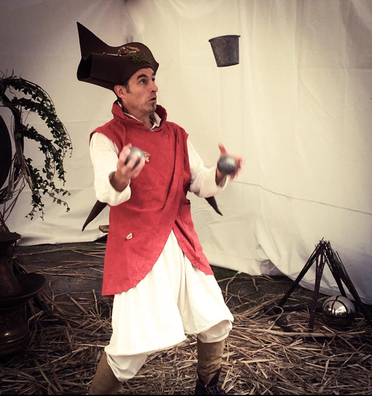 Albertius. Saillon. Ce spectacle, issu de la rencontre entre un jongleur et un percussionniste, crée une animation médiévale féérique fantastique qui réjouira aussi bien une fête du moyen-âge, un festival d'art de rue, un événement privé, qu'une cour de château. Procédez à un rapide voyage temporel versciedupetitgrimoire.ch