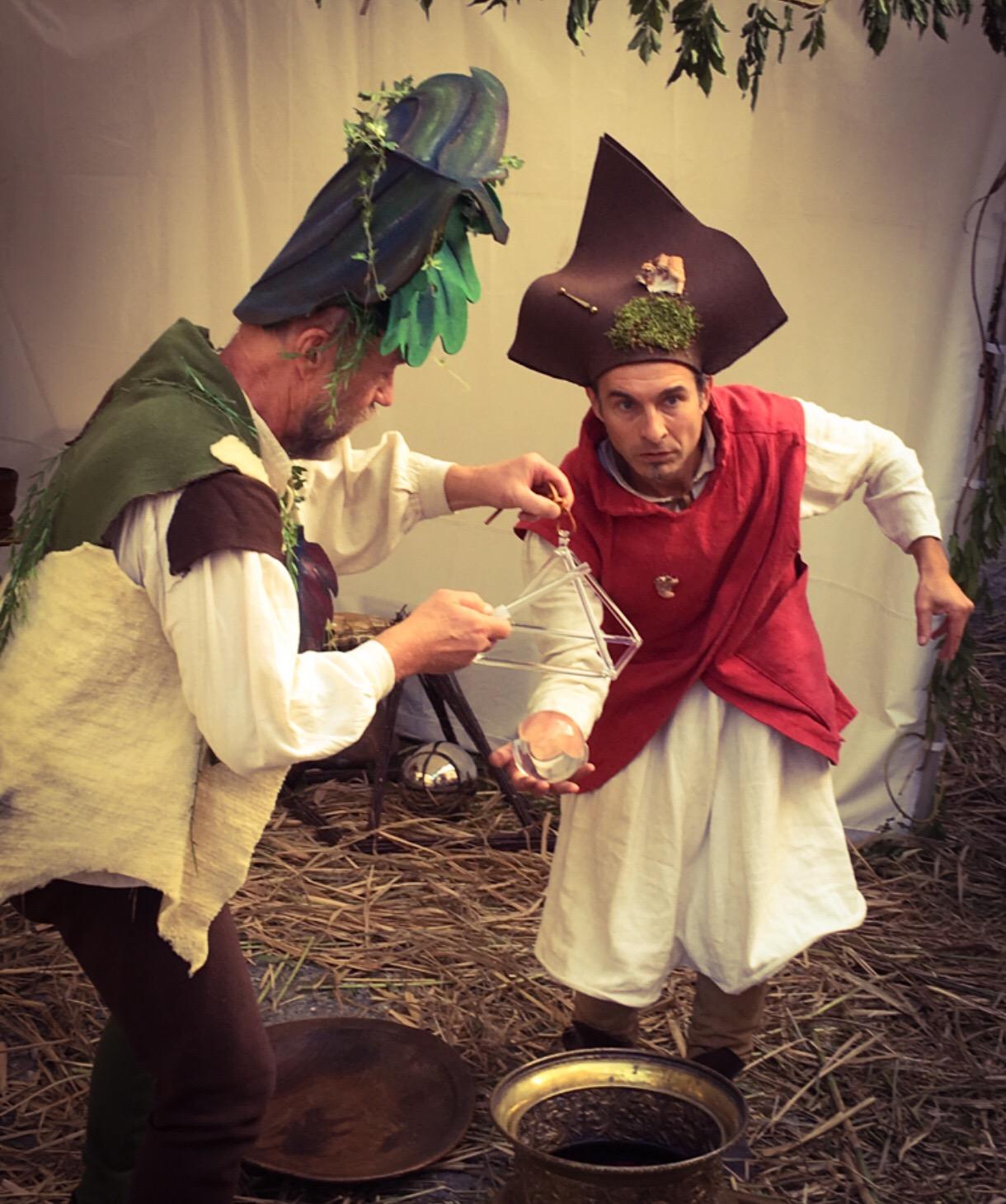 Graalus Nostra. Ce spectacle, issu de la rencontre entre un jongleur et un percussionniste, crée une animation médiévale féérique fantastique qui réjouira aussi bien une fête du moyen-âge, un festival d'art de rue, un événement privé, qu'une cour de château. Procédez à un rapide voyage temporel versciedupetitgrimoire.ch