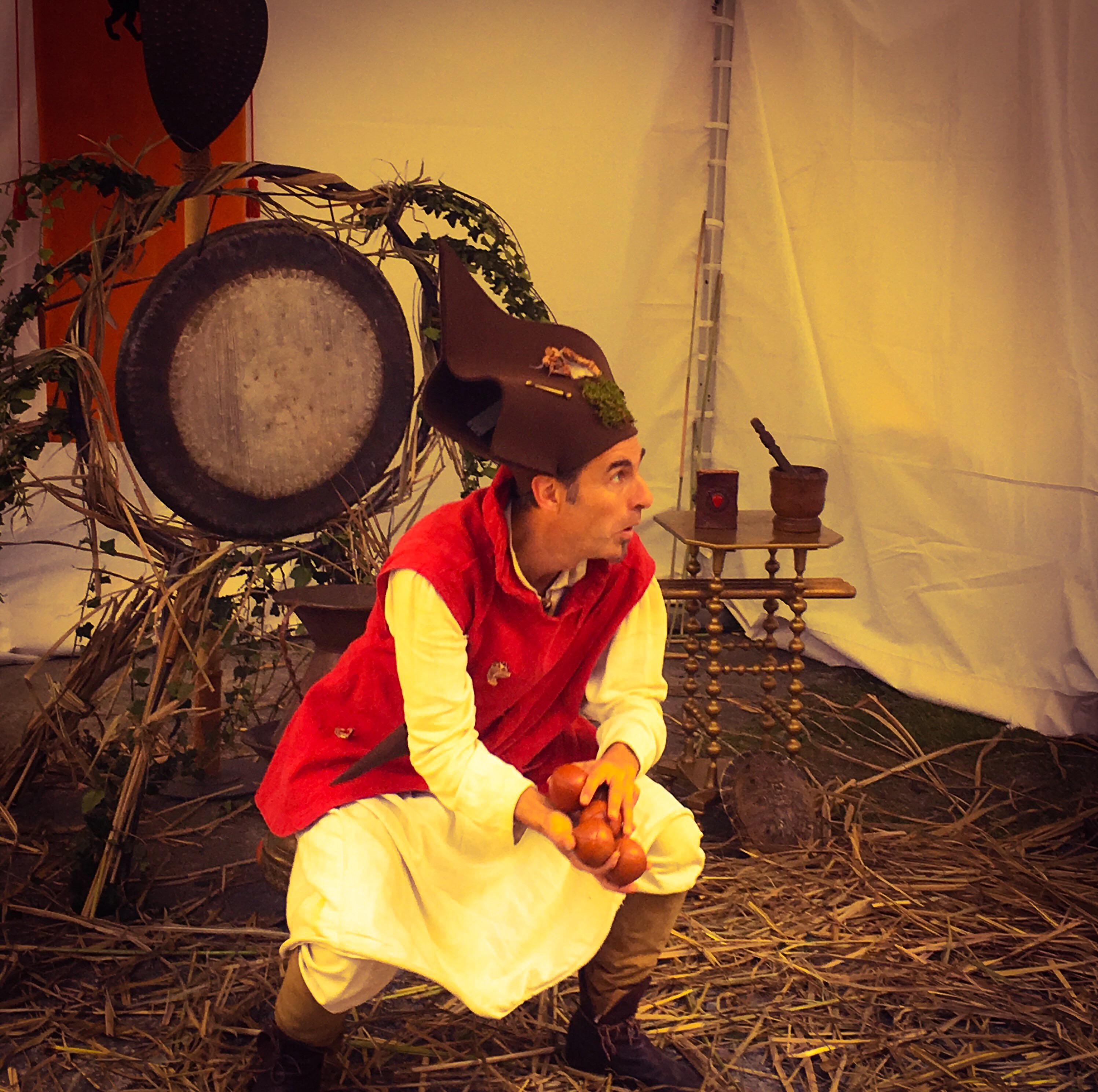 Jongleur médiéval. Ce spectacle, issu de la rencontre entre un jongleur et un percussionniste, crée une animation médiévale féérique fantastique qui réjouira aussi bien une fête du moyen-âge, un festival d'art de rue, un événement privé, qu'une cour de château. Procédez à un rapide voyage temporel versciedupetitgrimoire.ch