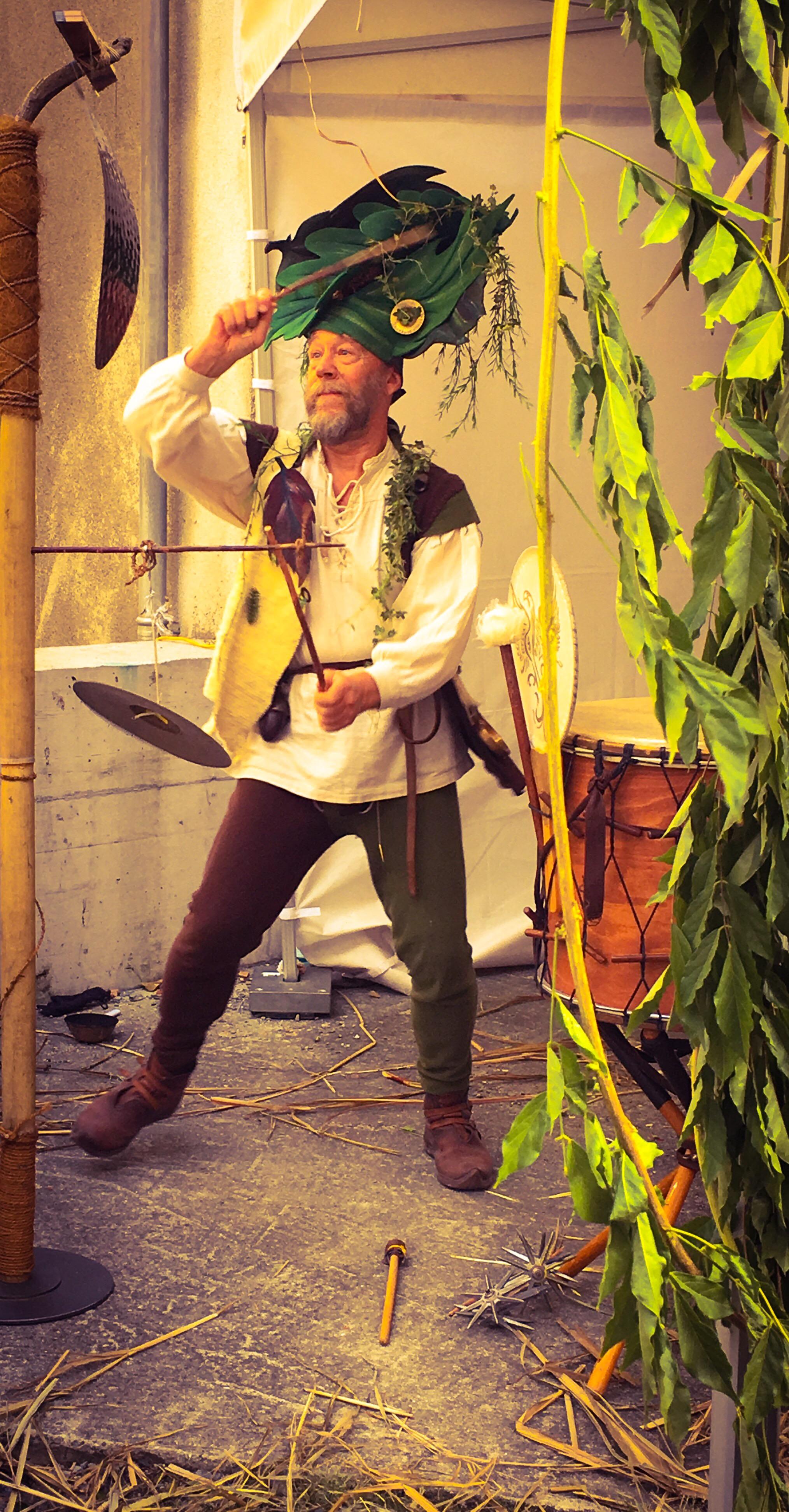 Phylarcius. Saillon. Ce spectacle, issu de la rencontre entre un jongleur et un percussionniste, crée une animation médiévale féérique fantastique qui réjouira aussi bien une fête du moyen-âge, un festival d'art de rue, un événement privé, qu'une cour de château. Procédez à un rapide voyage temporel versciedupetitgrimoire.ch