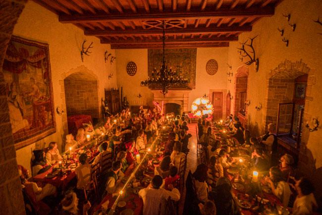 Spectacle lumineux féerique lors d'un banquet au château de Vaumarcus