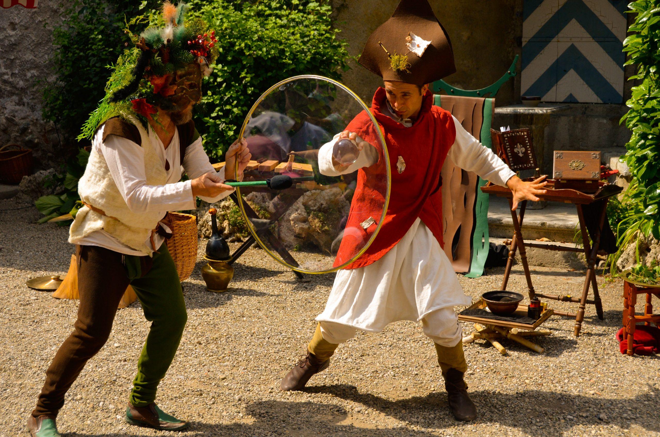 Théâtre de rue jongleur et percussionniste en action