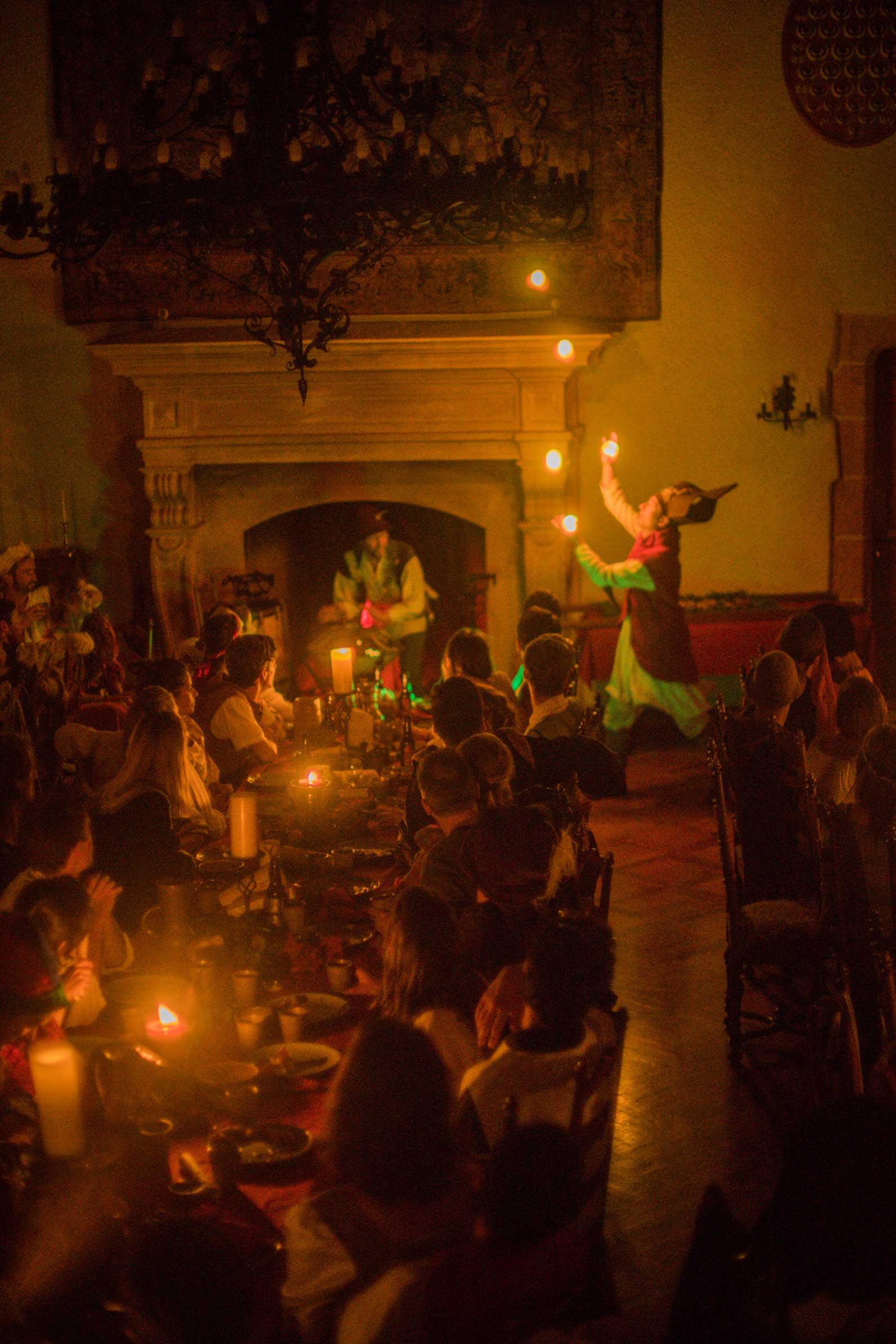 Les lucioles virevoltent dans le château. La Cie du Petit grimoire vous emmènent dans un autre temps.