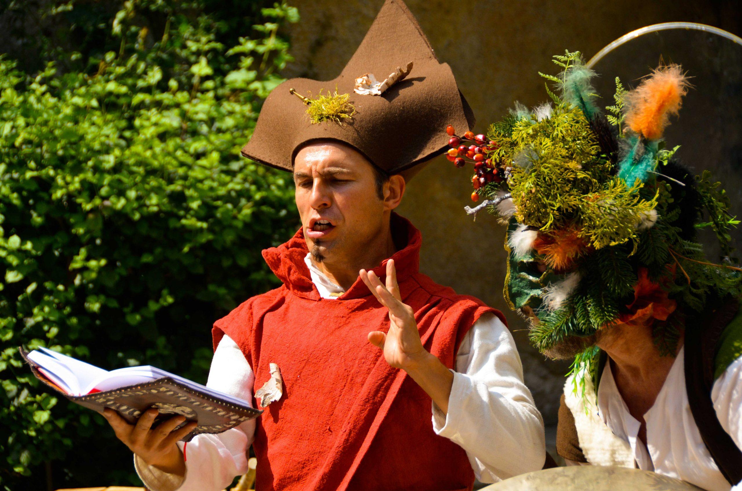 Cie du Petit Grimoire. Ce spectacle, issu de la rencontre entre un jongleur et un percussionniste, crée une animation médiévale féérique fantastique qui réjouira aussi bien une fête du moyen-âge, un festival d'art de rue, un événement privé, qu'une cour de château. Procédez à un rapide voyage temporel versciedupetitgrimoire.ch