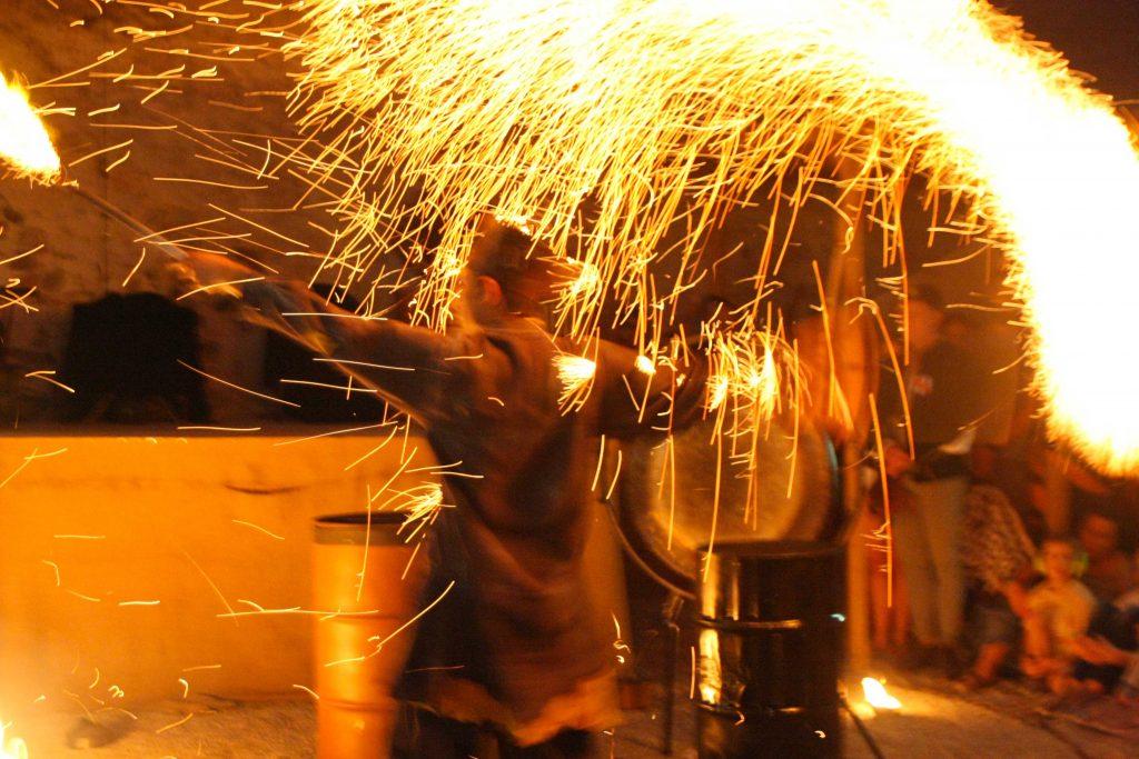 Pluie de feu, brisures de métal